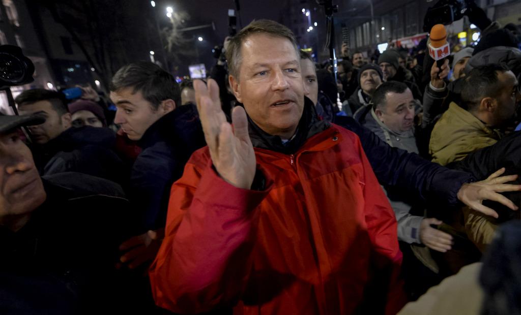 נשיא רומניה עם המפגינים ברחובות בוקרשט (צילום: AP)