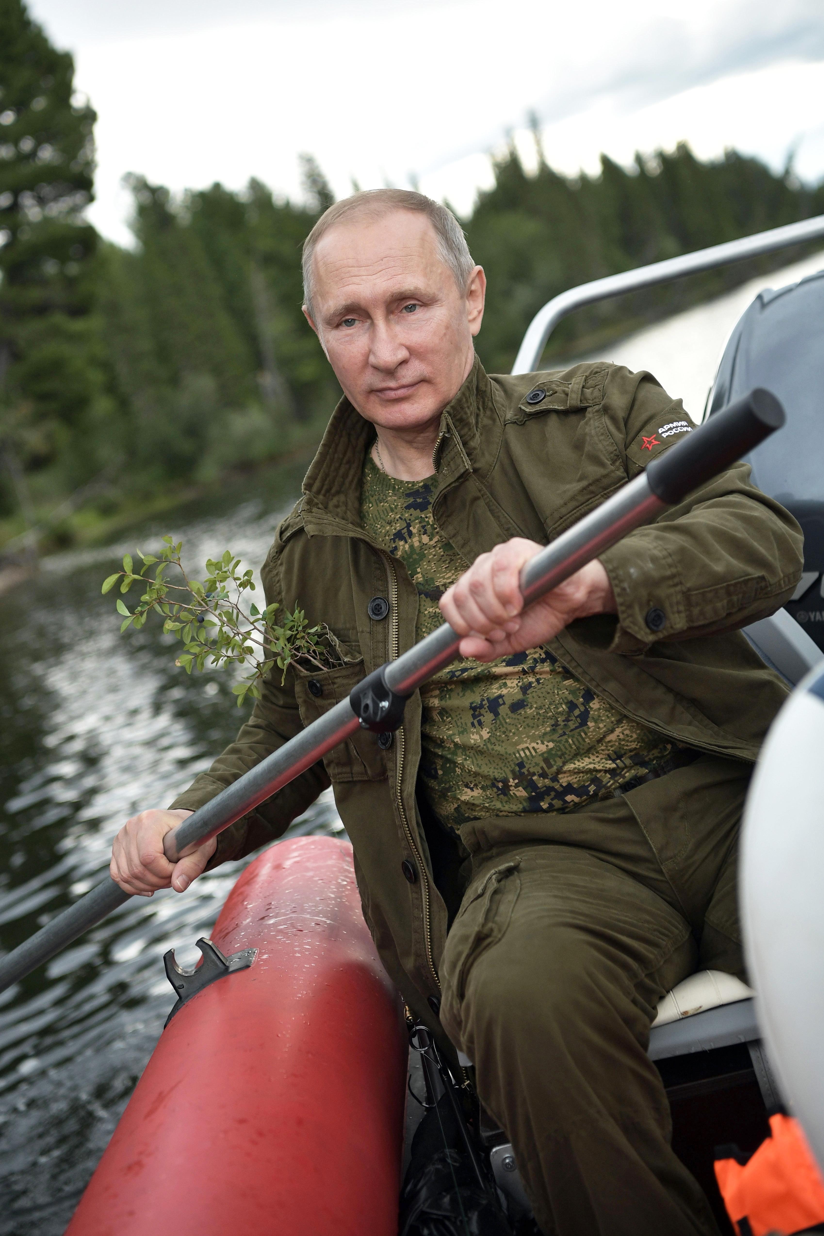 הנשיא פוטין שט בנהר