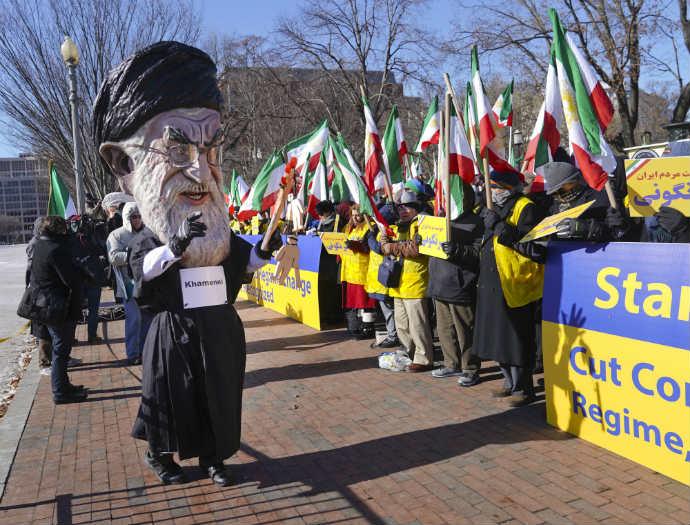 המחאות באיראן אתמול. ההגבלות על הבנקים מקשים על ההתאוששות (צילום: AP)