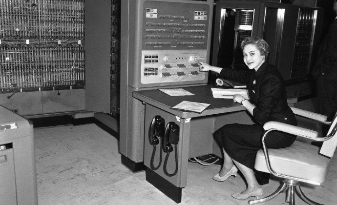 מחשב IBM 704 ב-1957. מחשב בגודל חדר (צילום: AP)