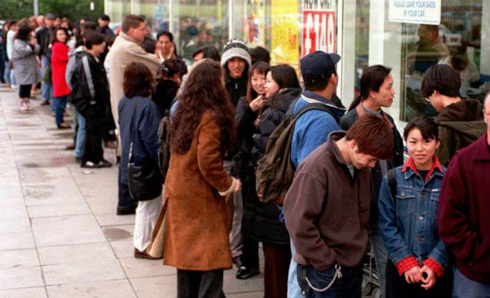 מחכים בתור לרכוש טמגוצ'י בלונדון 1997. הכל בזכות חוק מור (צילום: AP)