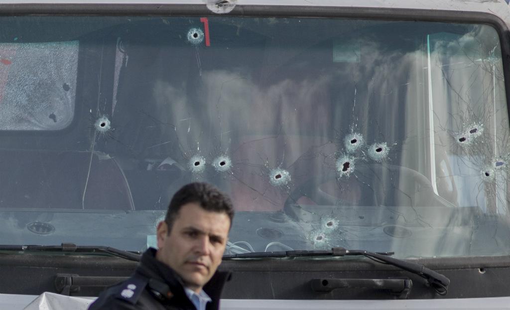 המשאית מנוקבת הכדורים ששימשה לפיגוע בירושלים (צילום: פלאש 90)