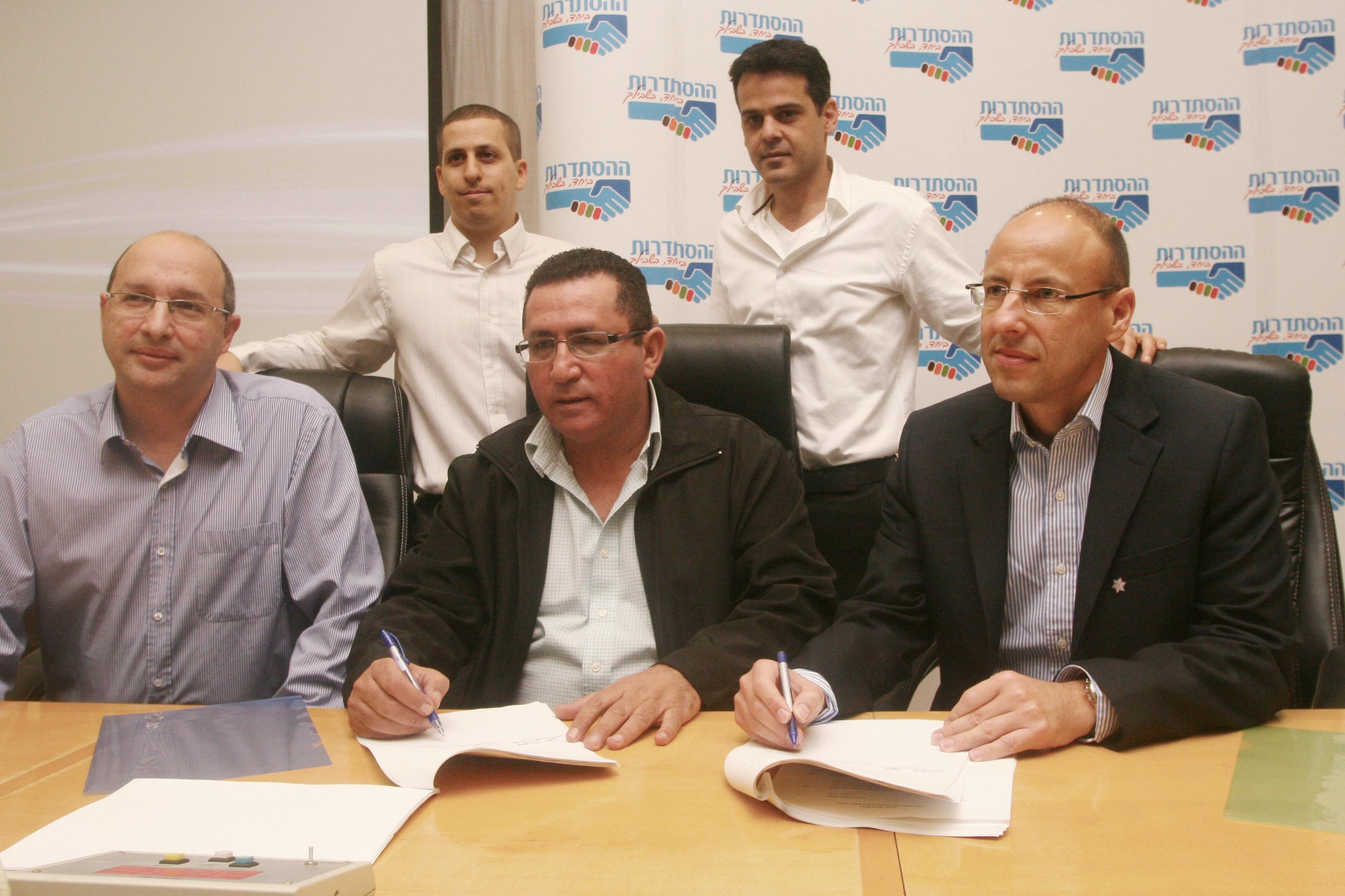 מימין: גיל שרון, עופר עיני ואבי ניסנקורן בחתימה על הסכם העובדים בפלאפון ב-2013 (צילום: רוני שוצר, פלאש 90)