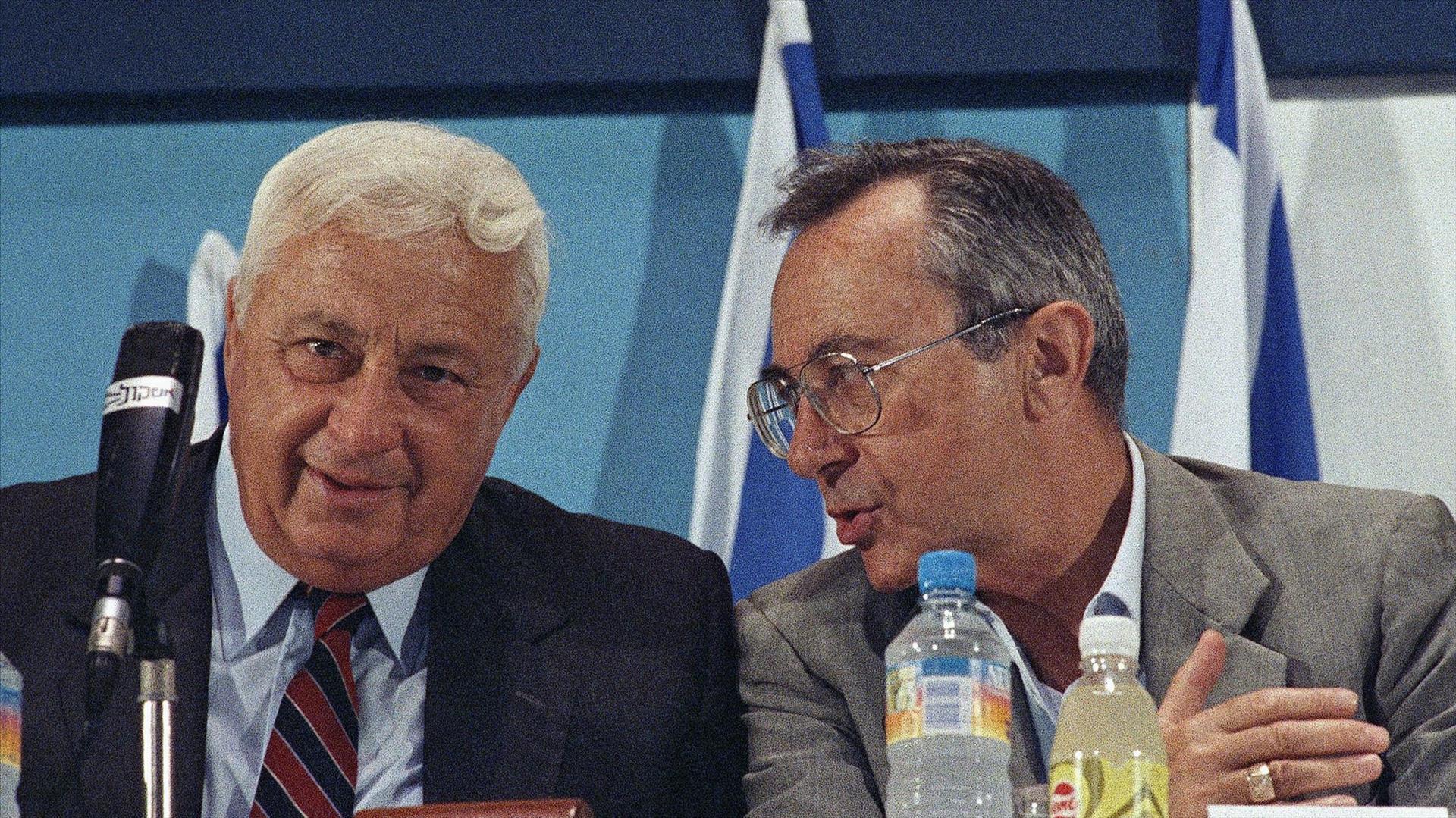 ארנס עם אריאל שרון ב-1990