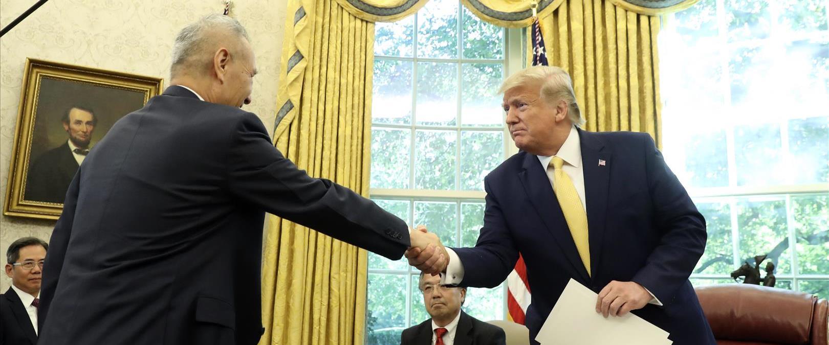 """טראמ חותם על הסכם הסחר החלקי בין ארה""""ב לסין"""