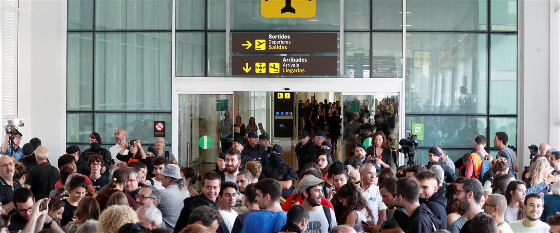 מוחים קטלאנים חוסמים כניסה בשדה התעופה