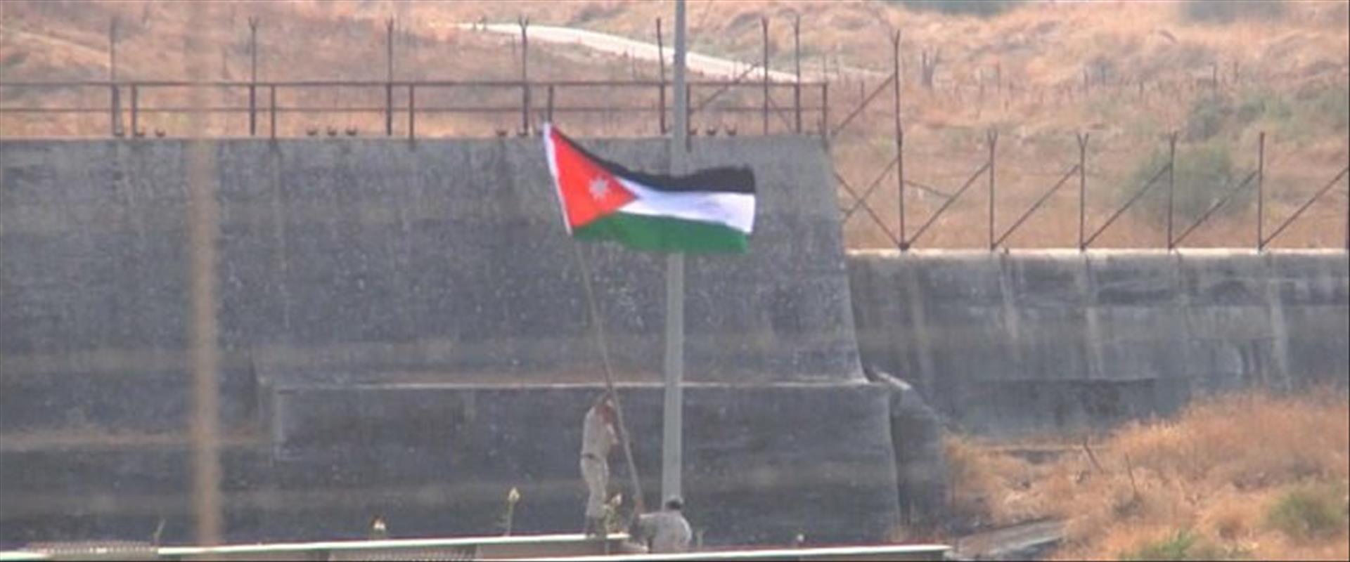 חיילים ירדנים מניפים את דגלם באי השלום