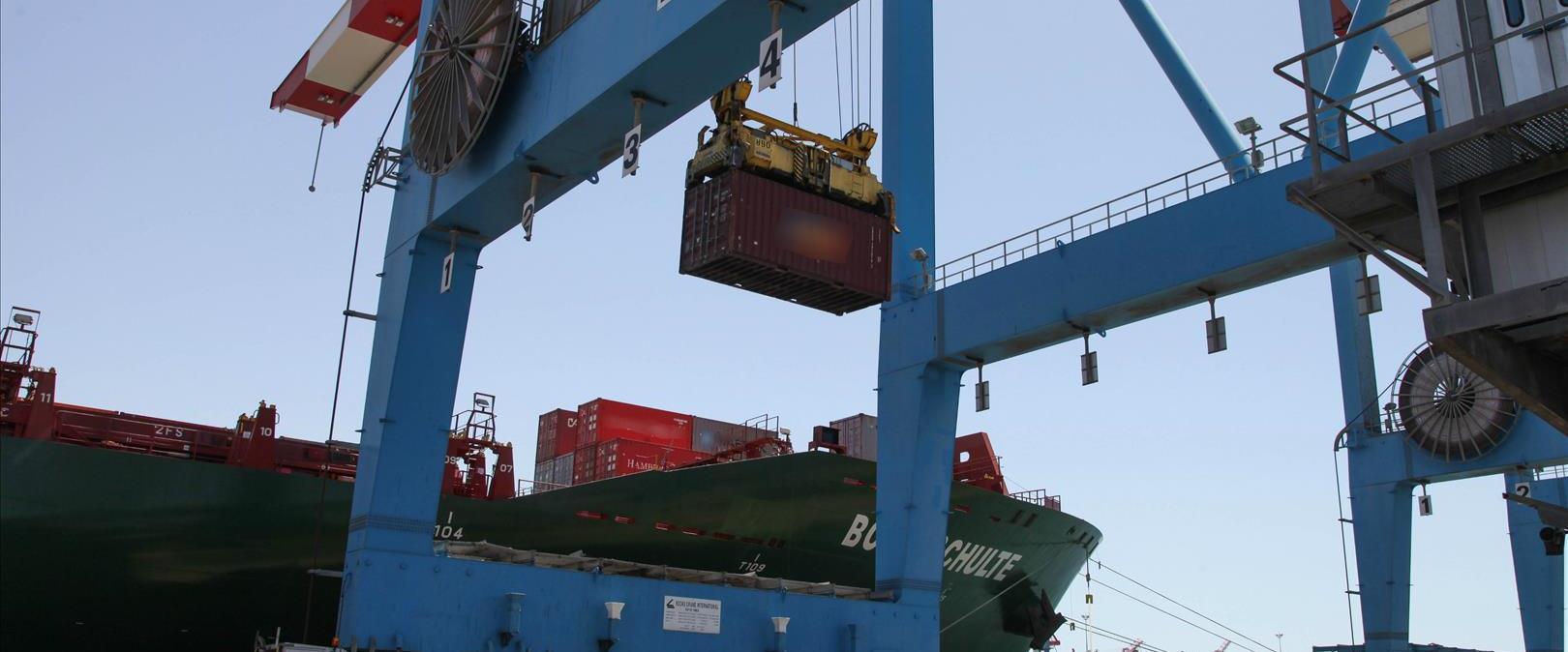 מנופים פורקים סחורה מהספינות בנמל אשדוד