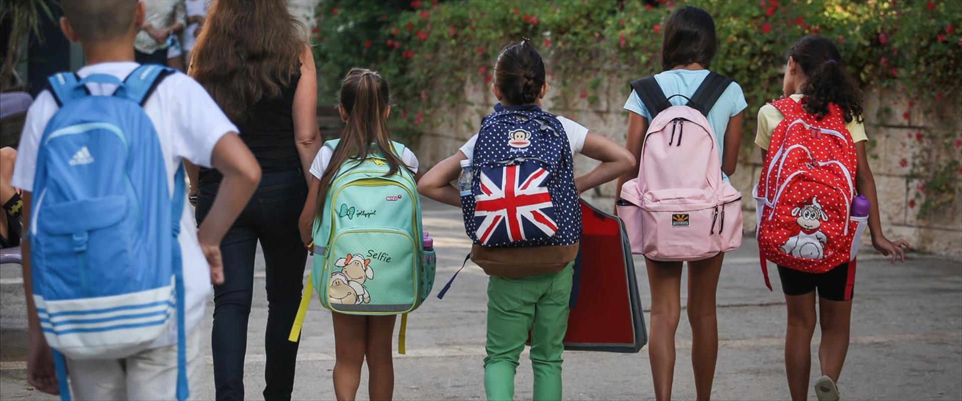 תלמידים בדרך לבית הספר