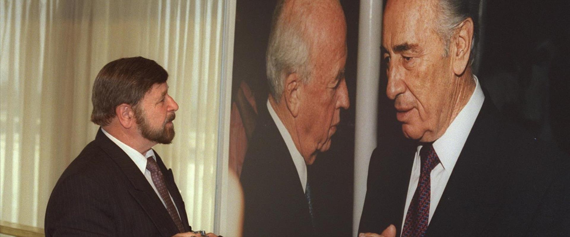 וייס מתבונן בתמונה בתערוכה בכנסת לזכר רבין, 1995