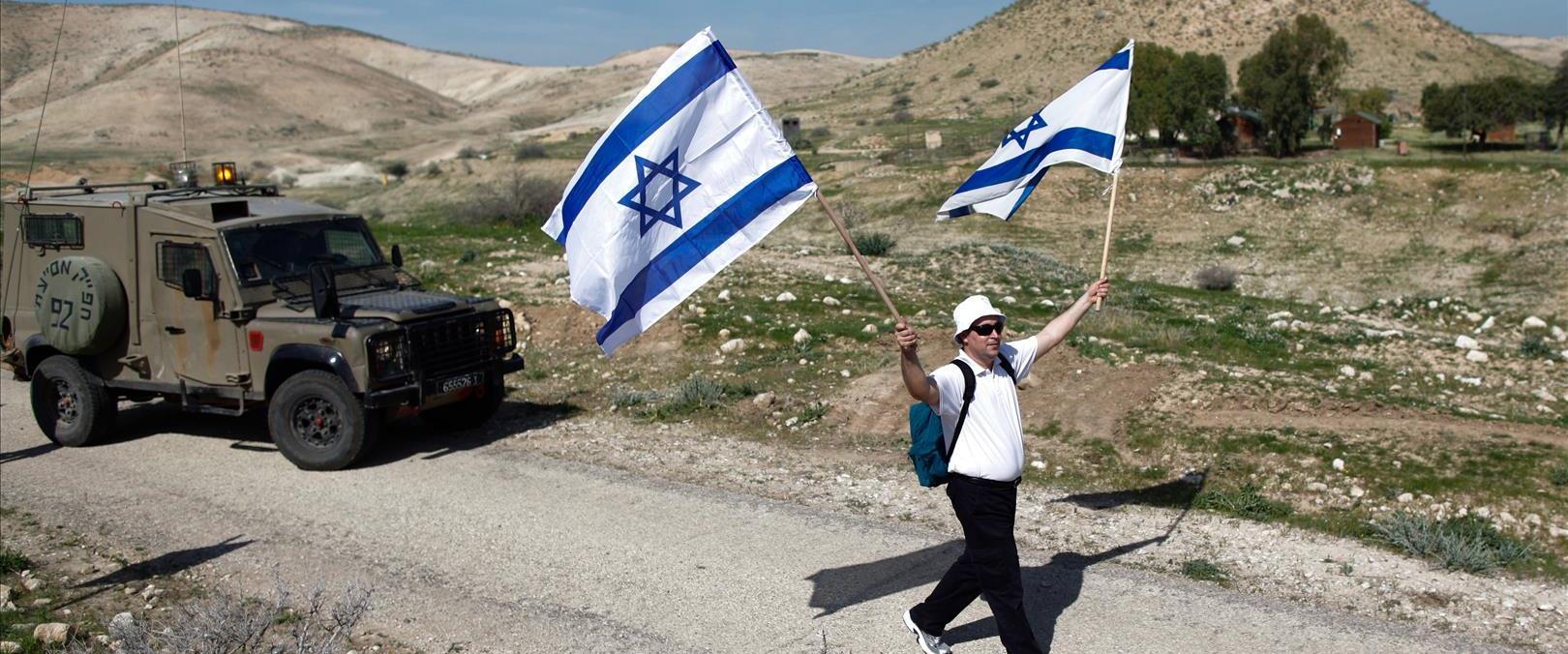אזרח עם דגל בבקעת הירדן