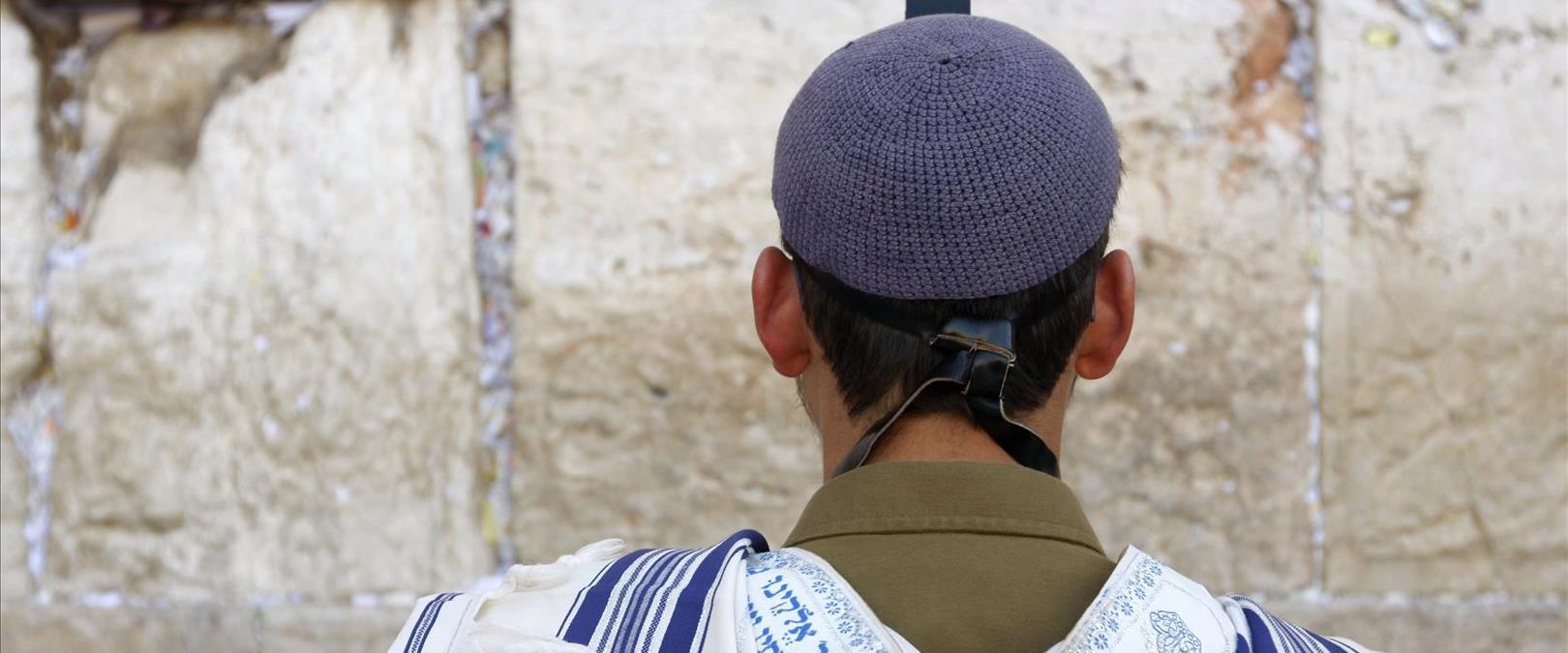 חייל מתפלל בכותל המערבי