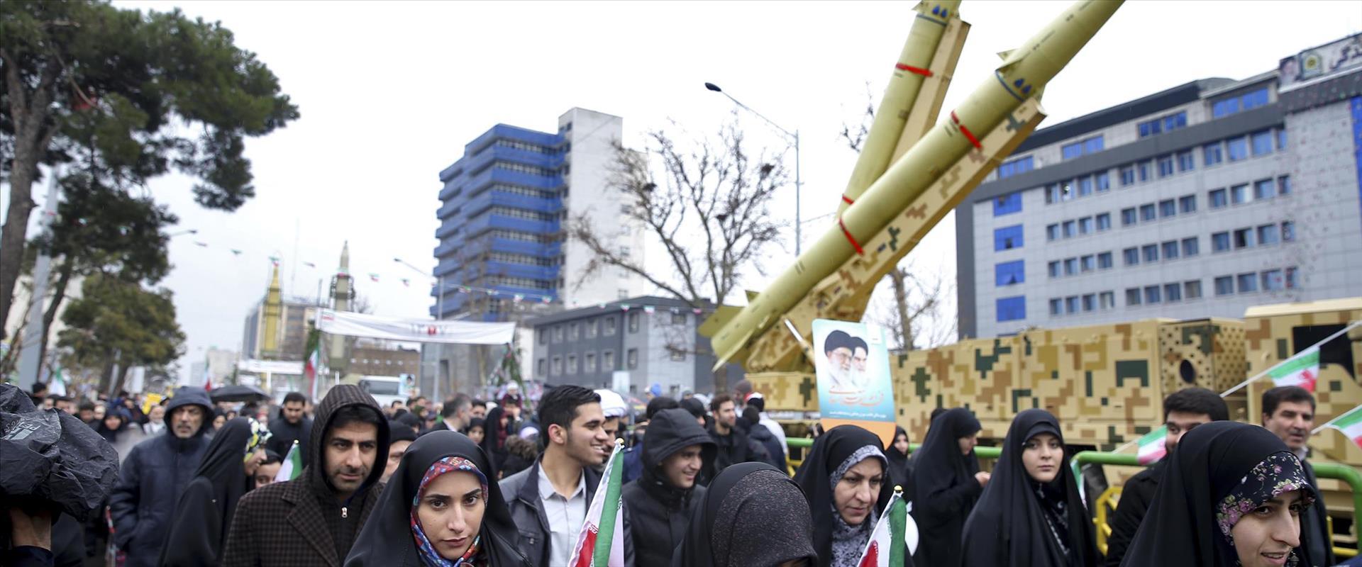 משתתפים בעצרת בטהראן לרגל 40 שנה למהפכה האיסלאמית,