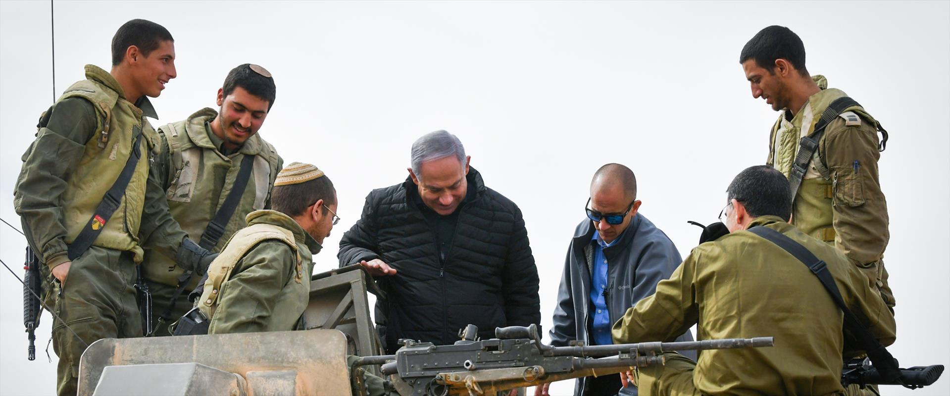 """נתניהו במהלך ביקור עם חיילי צה""""ל"""