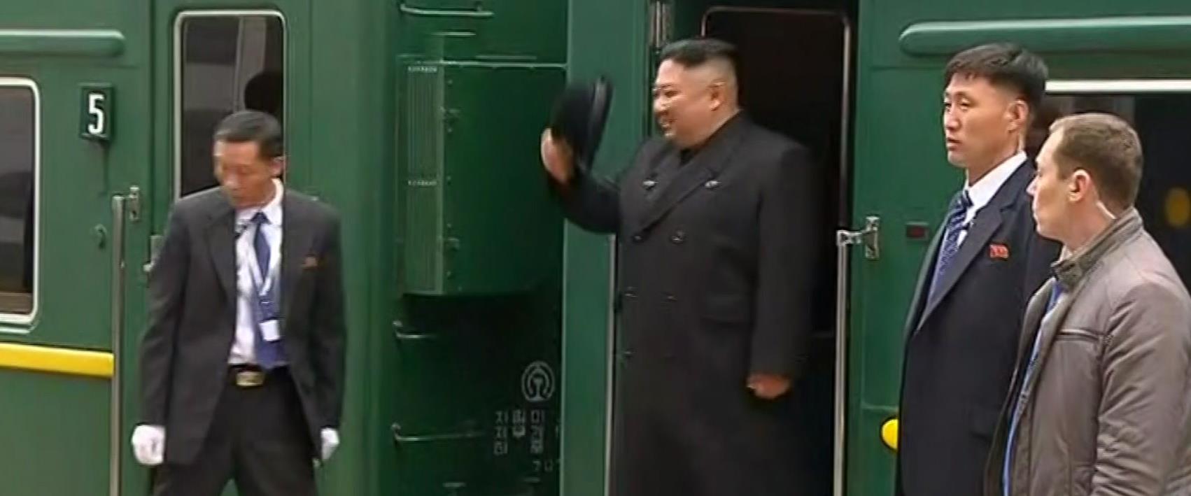 קים ג'ונג און יורד מהרכבת ברוסיה
