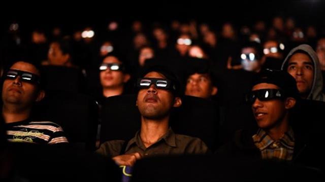 אנשים צופים בסרט בבית קולנוע