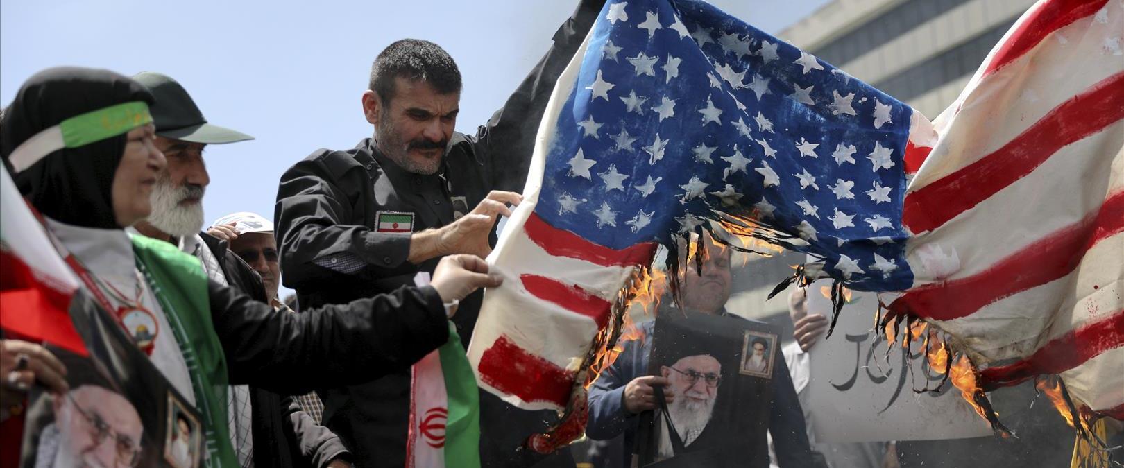 שורפים דגלי ארצות הברית באיראן