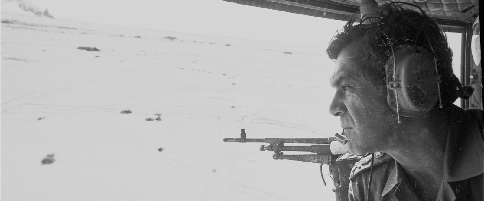 """הרמטכ""""ל דוד אלעזר במסוק בחזית סיני"""