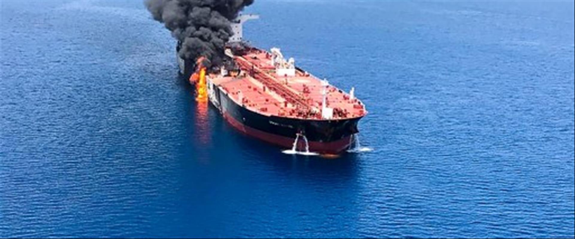 מכלית בוערת במפרץ