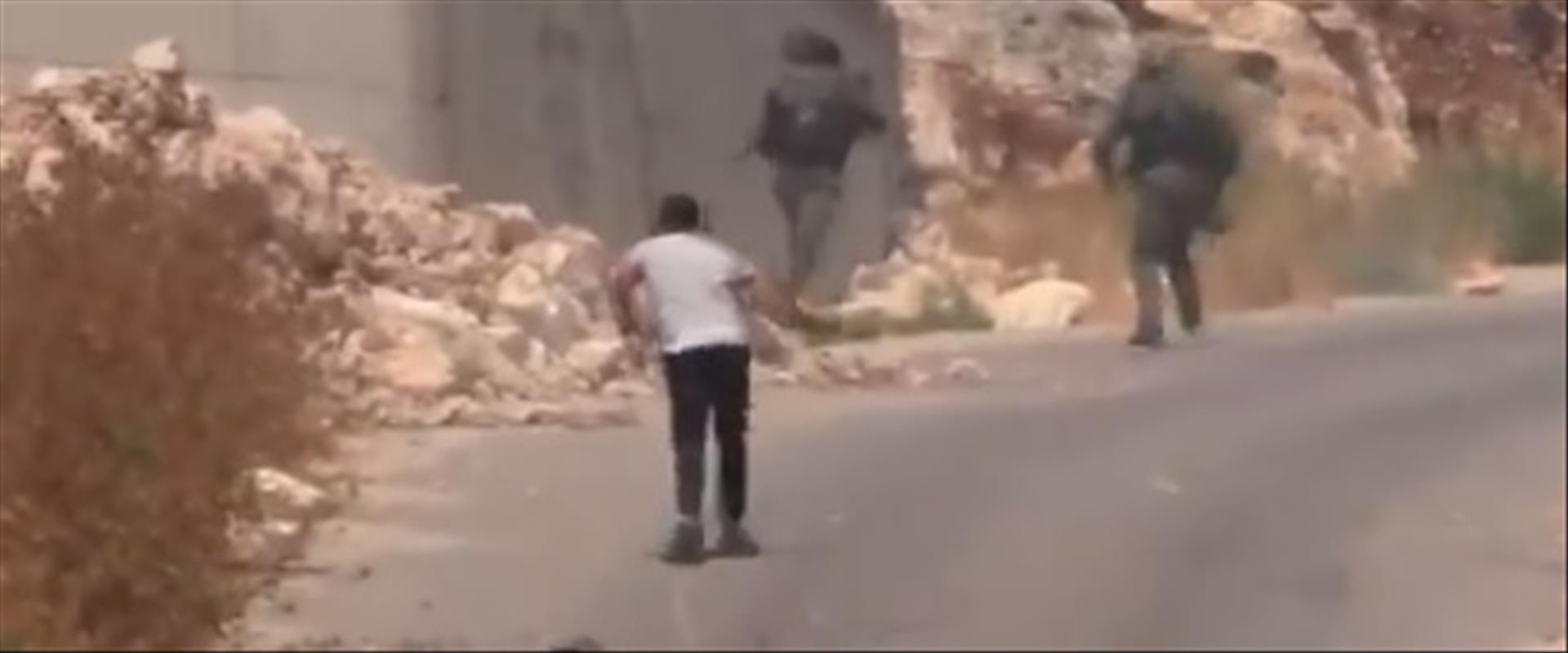 התיעוד הפלסטיני של חיילים נמלטים ממיידי אבנים