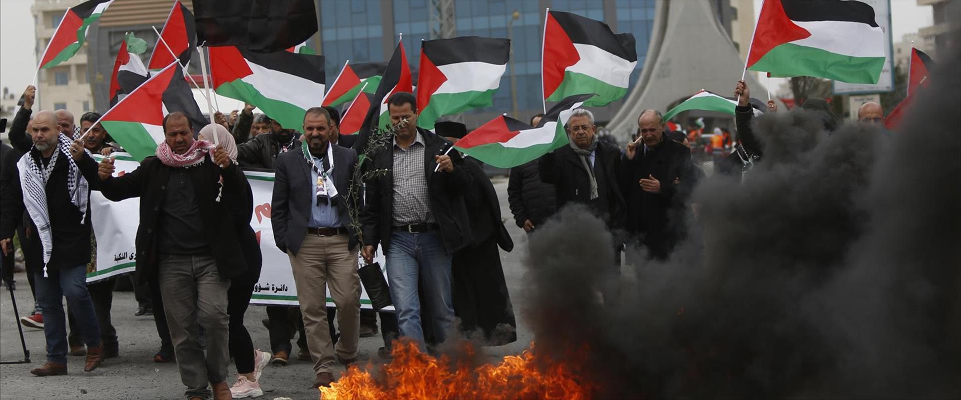 מפגינים פלסטינים ברמאללה ביום האדמה, לפני חודשיים