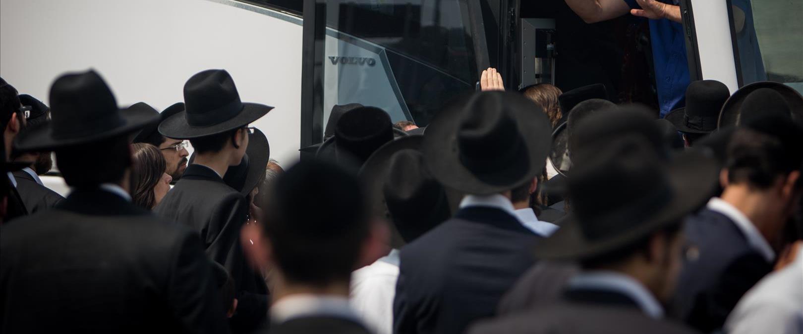 נוסעים חרדים בכניסה לאוטובוס