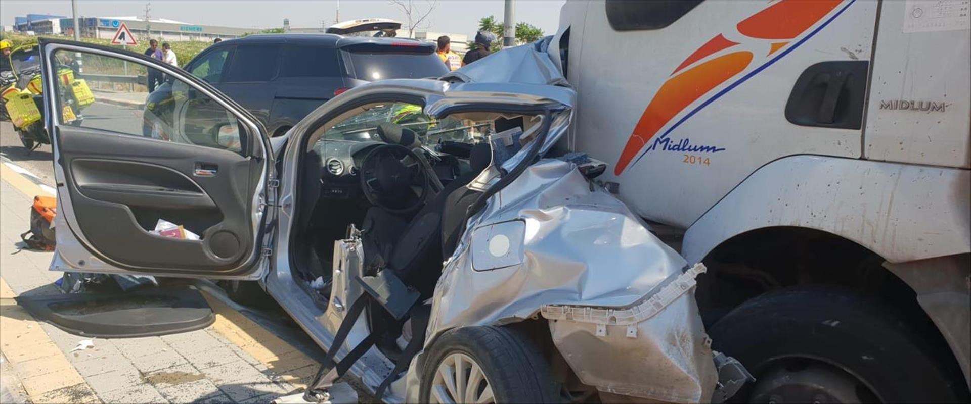 המשאית הפוגעת וכלי הרכב שנפגע
