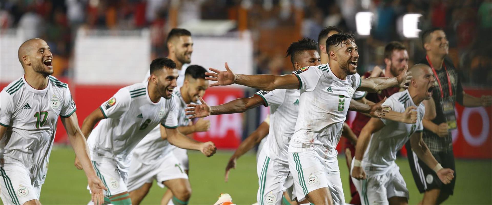 שחקני נבחרת אלג'יריה עם סיום המשחק