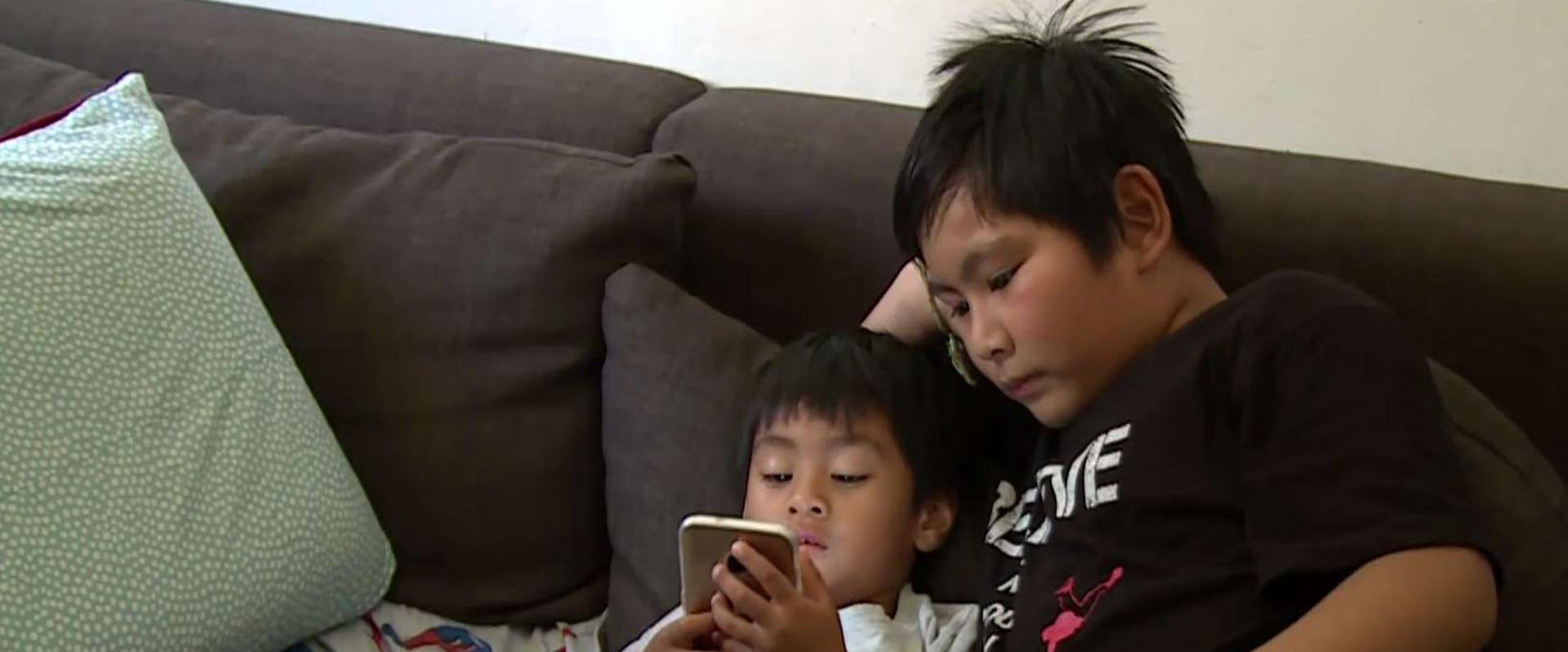 """""""אנחנו כמו עכברושים שמסתתרים"""": המשפחה הפיליפינית ש"""