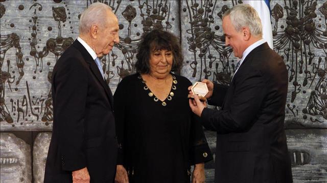 גאולה כהן מקבלת את פרס ישראל ב-2003