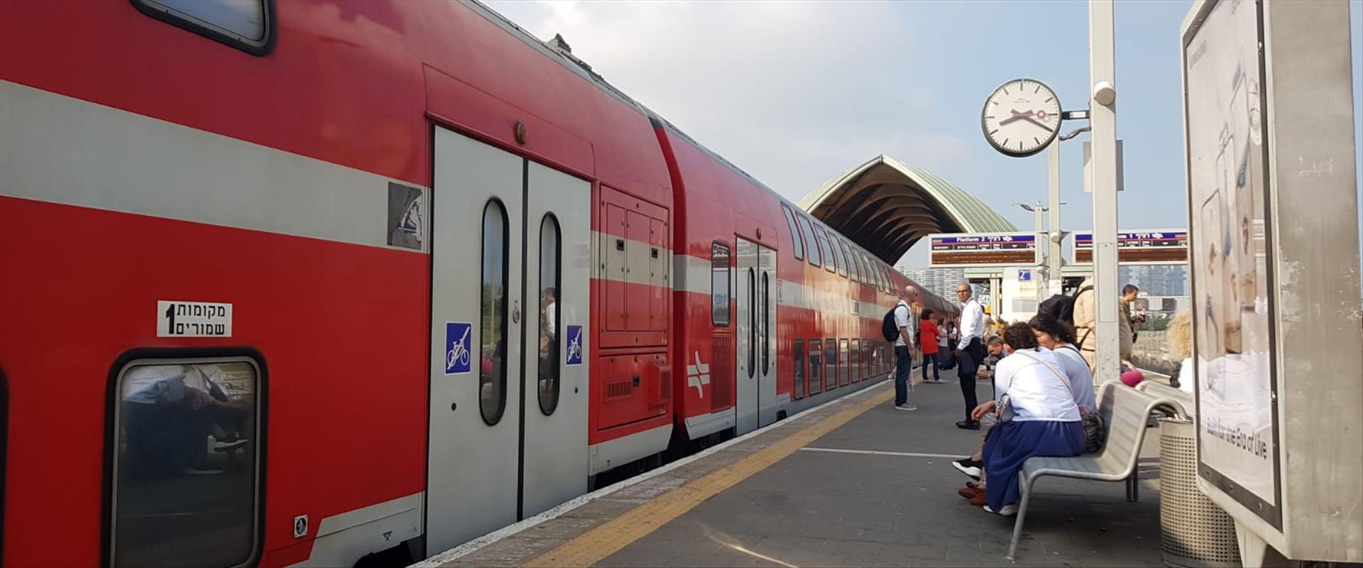 """הרכבת שנתקעה בתחנת ת""""א האוניברסיטה, הבוקר"""