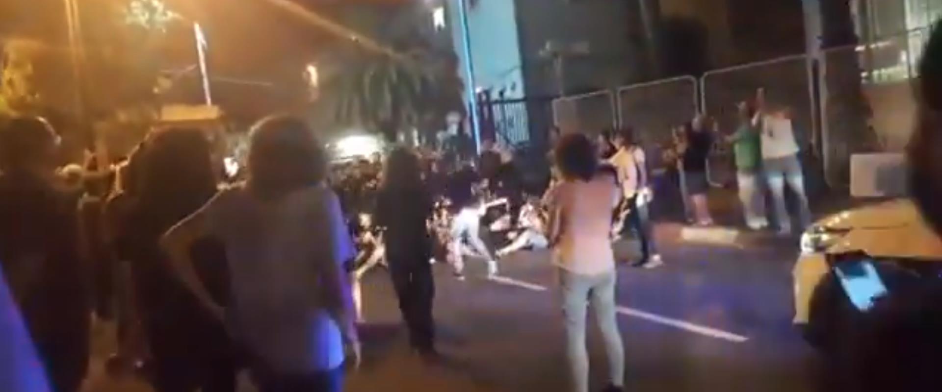 מחאת המפגינים מול תחנת משטרת פתח תקווה, הלילה
