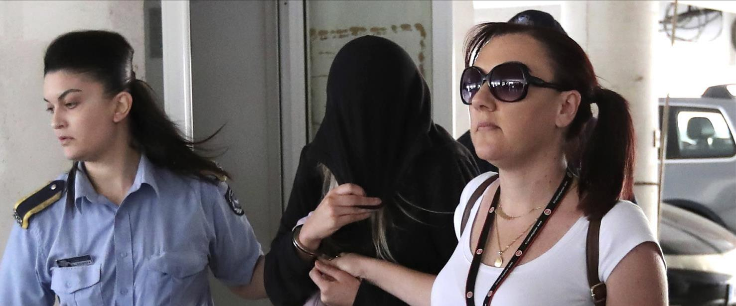 ארכיון: הצעירה הבריטית בצאתה מבית המשפט בקפריסין