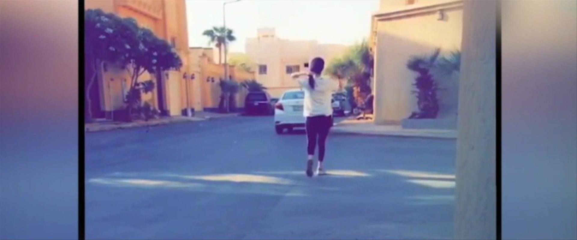 מנאהל אל-עתייבי לבושה בטייץ ברחובות ריאד