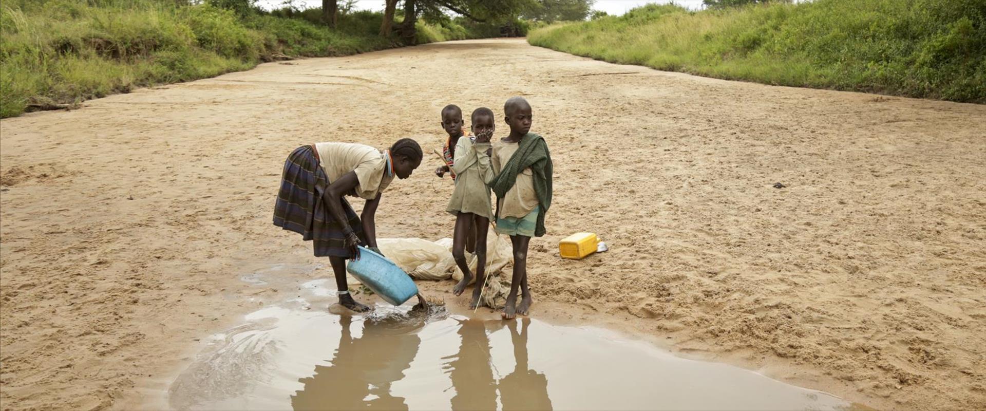 אם וילדיה בנהר שהתייבש באוגנדה