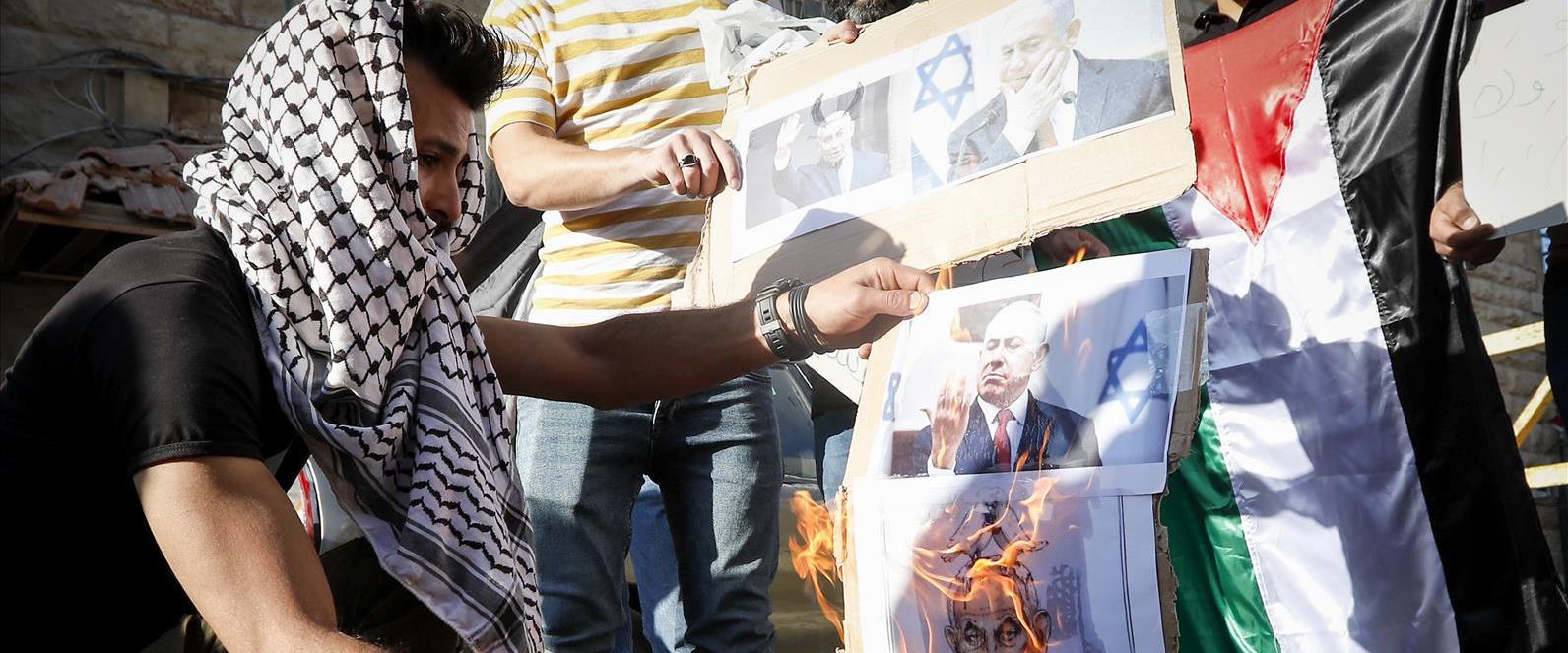 שריפת תמונות של נתניהו במחאה נגד דבריו בחברון