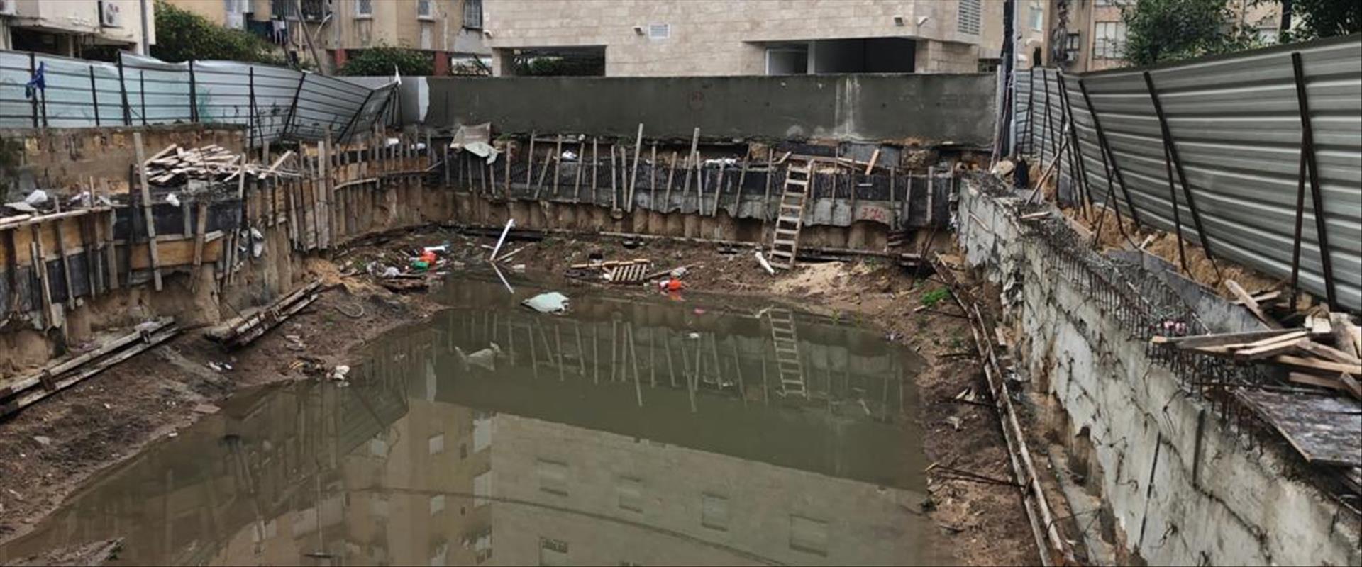 אתר הבנייה בבת ים שהעבודות בו גרמו לסכנת קריסה בבנ