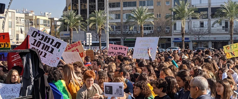 הפגנת תלמידים נגד השר פרץ בכיבר רבין