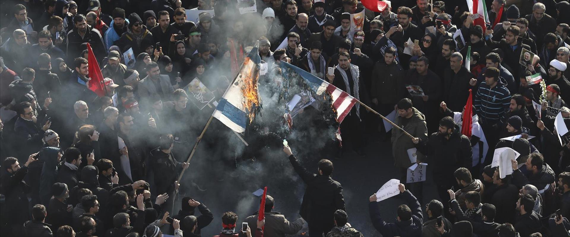 """שריפת דגלי ישראל וארה""""ב במסע הלוויית סולימאני בטהר"""