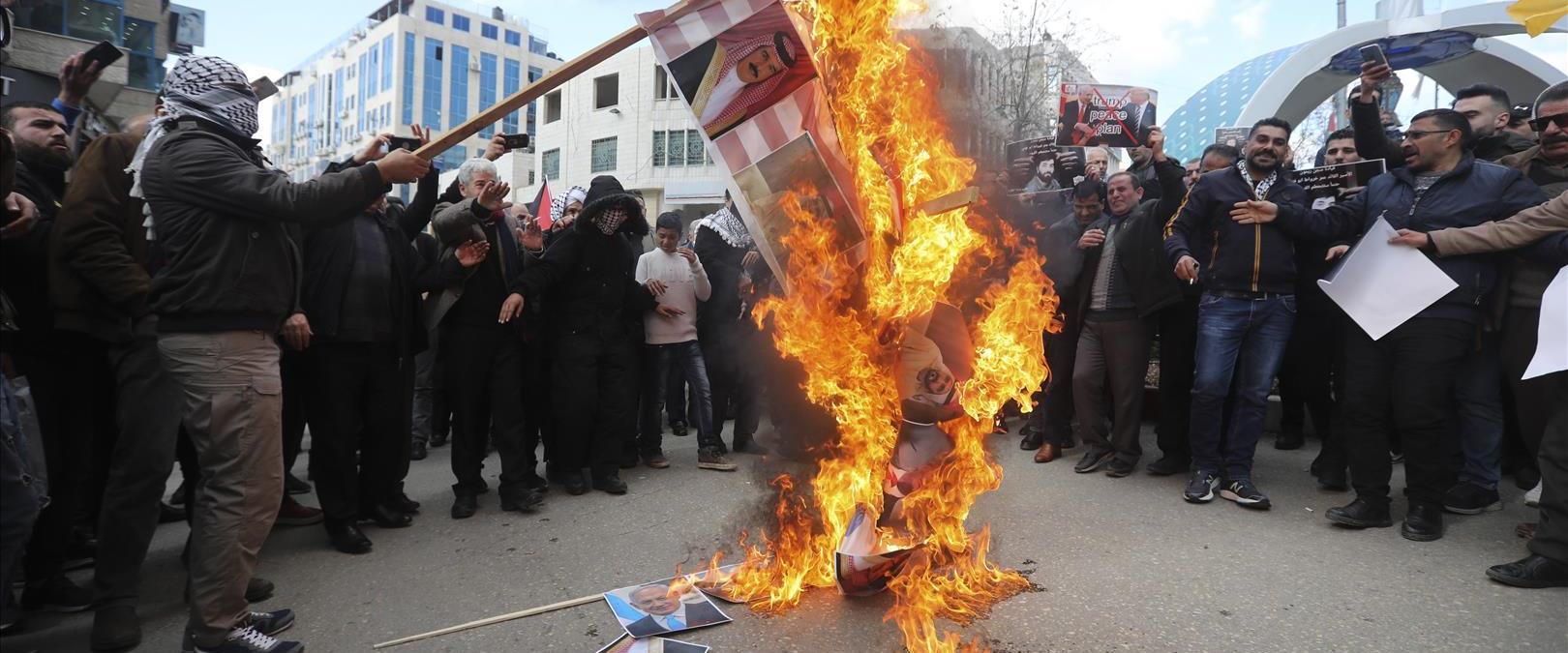 """פלסטינים בחברון שורפים את דגל ארה""""ב, השבוע"""