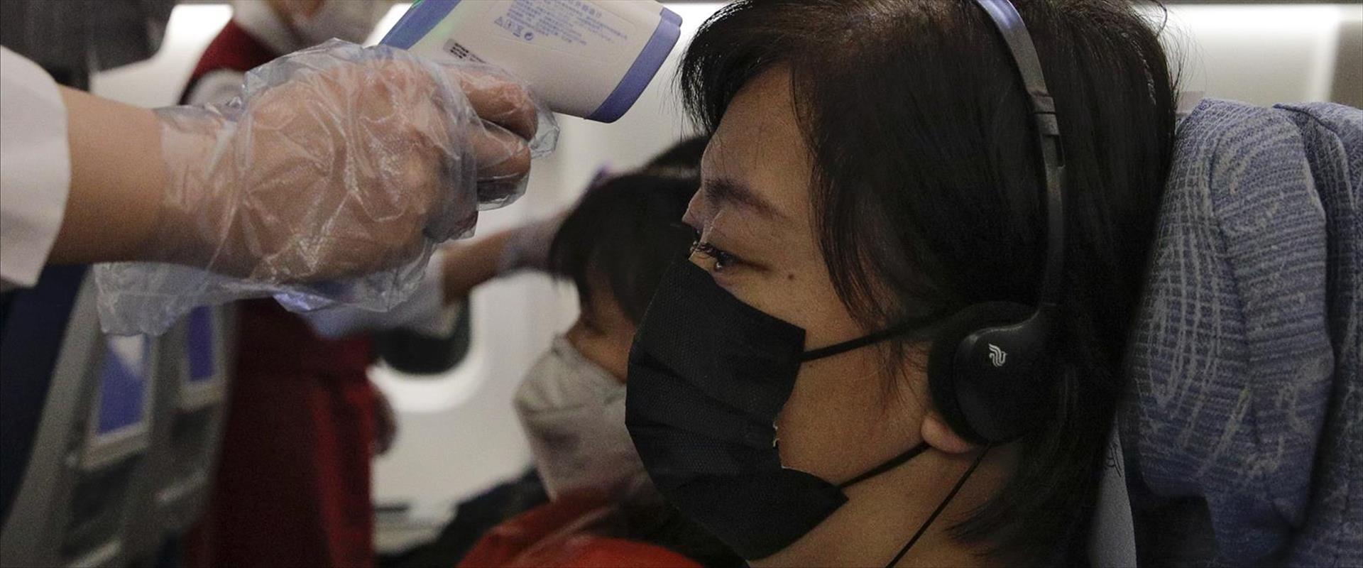 בדיקת נוסעים בחברת תעופה סינית
