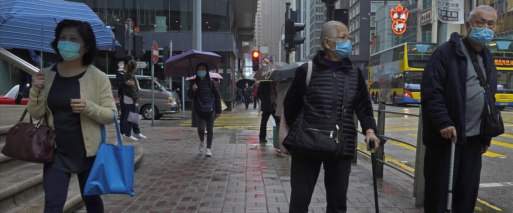 אזרחים בהונג קונג עם מסיכת פנים