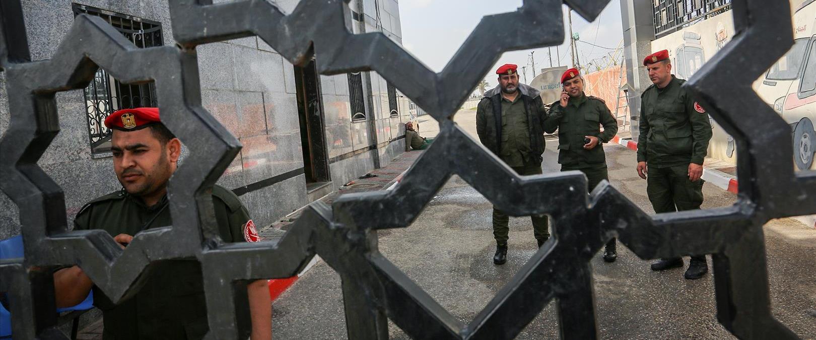 אנשי חמאס במעבר רפיח הסגור