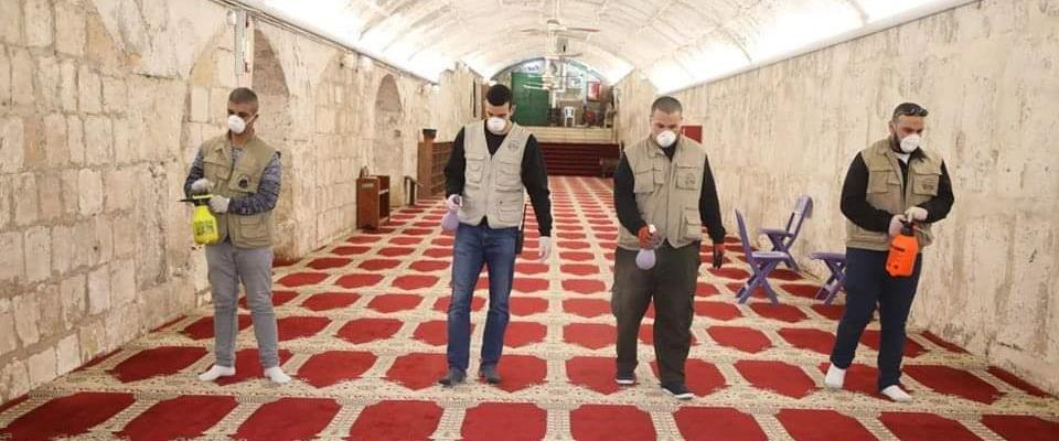 עובדי הוואקף מבצעים חיטוי במסגדים בהר הבית