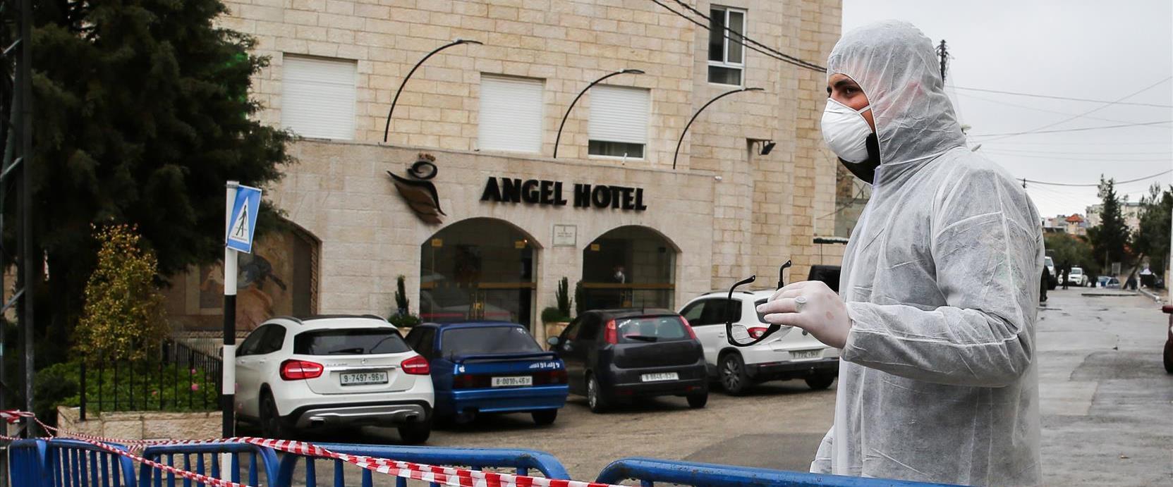 איש בריאות פלסטיני ליד מלון אנג'ל בבית ג'אלה