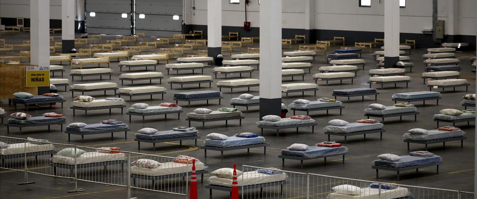 מיטות שהוכנו לשימוש חולי קורונה במחסן תעשייתי בבוא