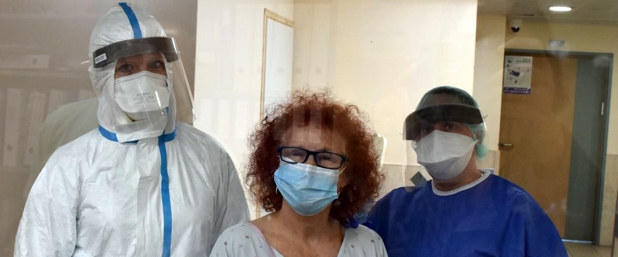 קארי עם שחרורה מבית החולים