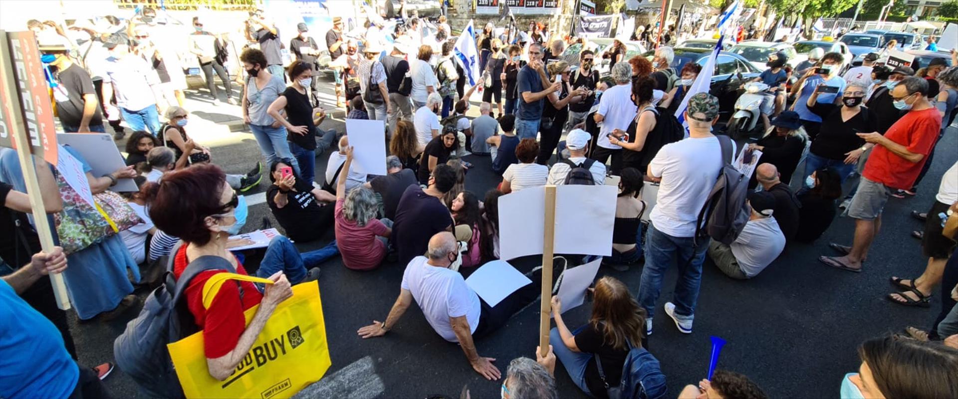 """המחאה מול מעון רה""""מ"""