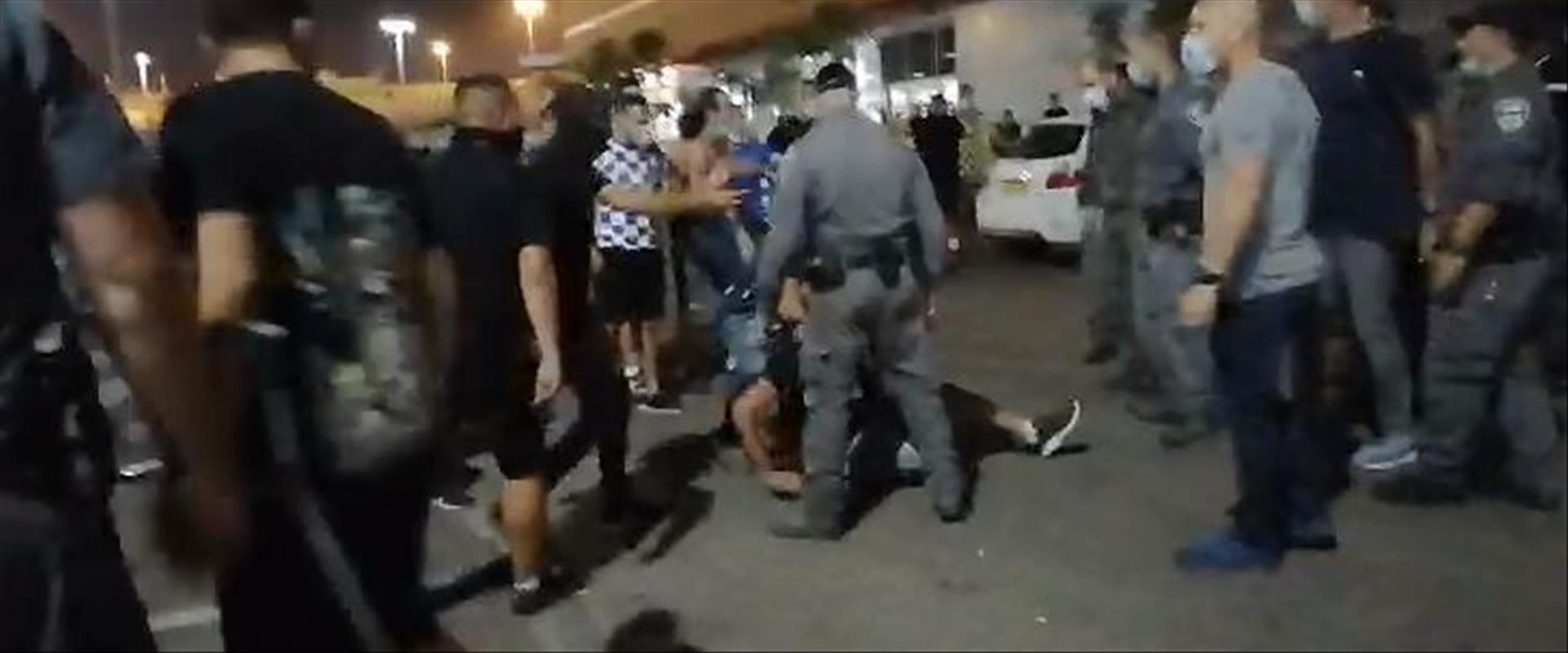עימותים בין השוטרים לאוהדים