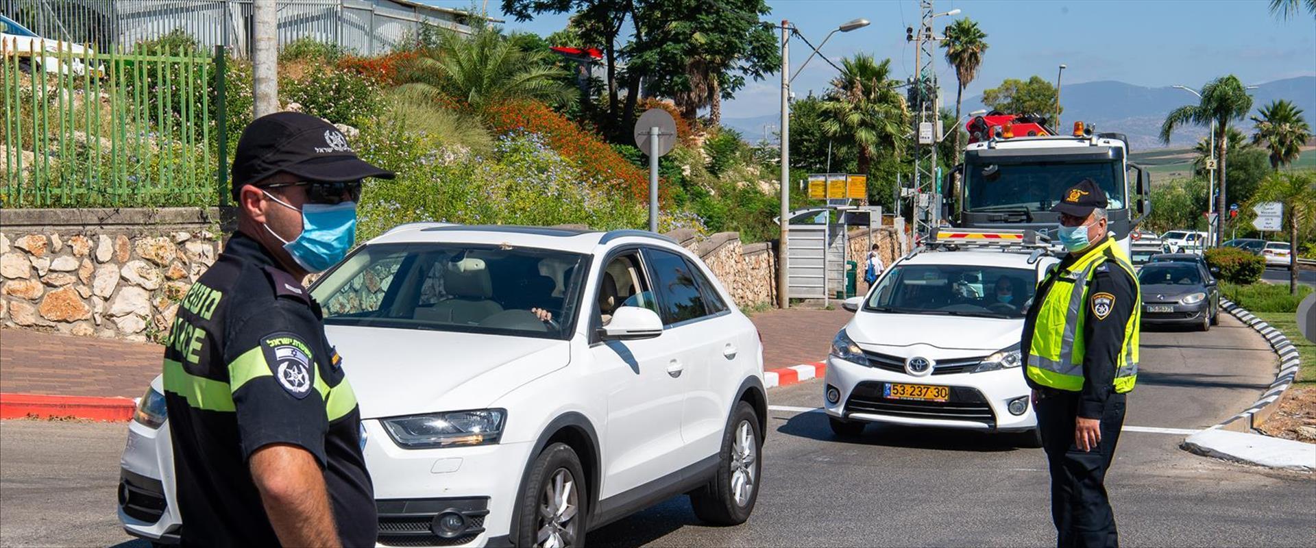 שוטרים אוכפים את הסגר באחת משכונות טבריה